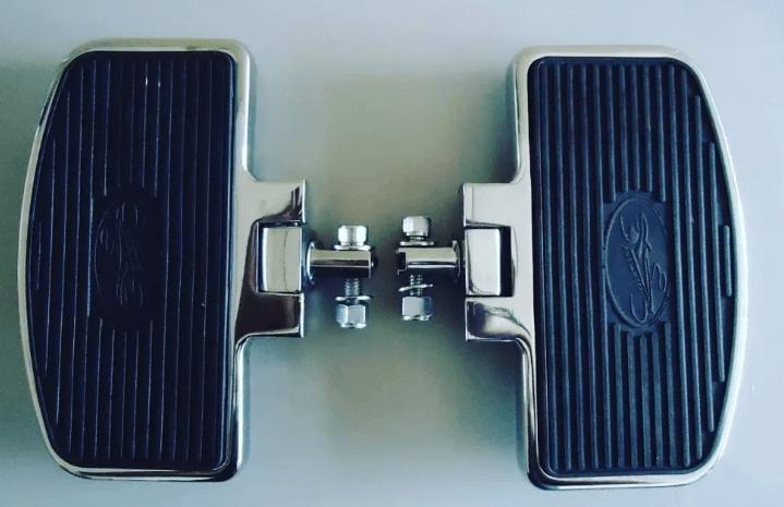 Pedaleira Dianteira Harley Davidson Roadster - Plataforma Articulada Preta e Cromada - Rasante